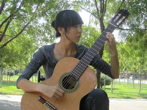 刘燕妮:十六岁师从于中国音协吉它学会古典吉它教师崔召民。现为中国音协吉它学会专业会员,古典吉它专业教师。第八届全国吉它师资培训大师班优秀学员。.jpg